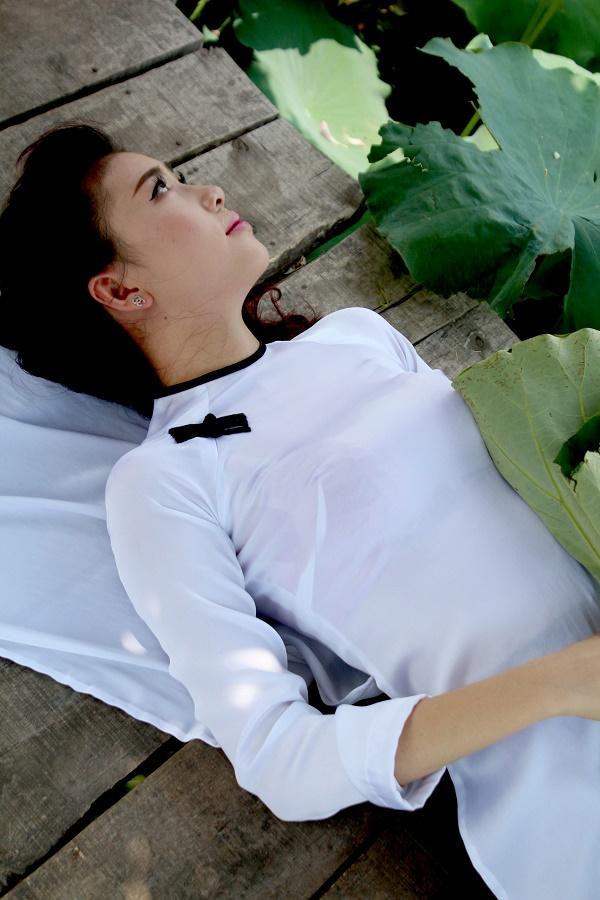 Thiếu nữ duyên dáng bên sen đầu mùa 8