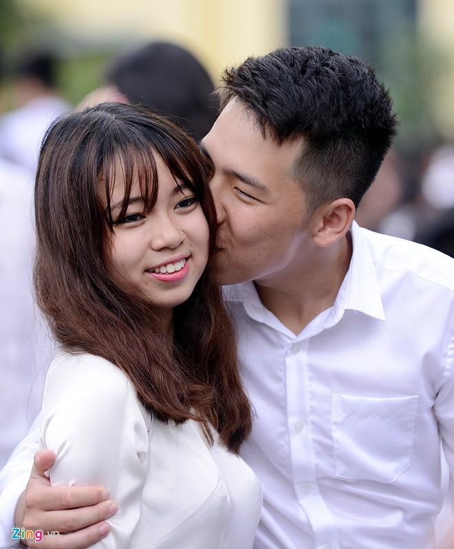 Những nụ hôn nghẹn ngào phút chia tay tuổi học trò của HS lớp 12 13