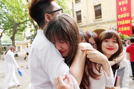 Những nụ hôn nghẹn ngào phút chia tay tuổi học trò của HS lớp 12 1