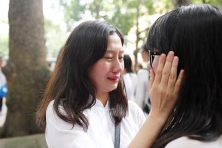 Những nụ hôn nghẹn ngào phút chia tay tuổi học trò của HS lớp 12 4