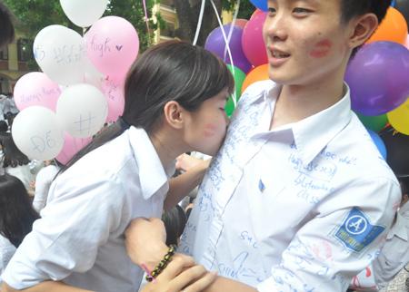 Những nụ hôn nghẹn ngào phút chia tay tuổi học trò của HS lớp 12 6