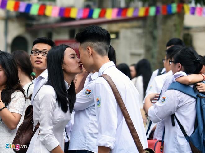 Những nụ hôn nghẹn ngào phút chia tay tuổi học trò của HS lớp 12 11