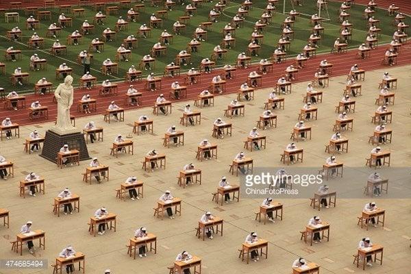 Tránh gian lận, hàng nghìn thí sinh phải làm bài thi ngoài trời 1