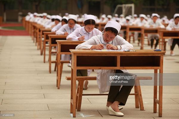 Tránh gian lận, hàng nghìn thí sinh phải làm bài thi ngoài trời 2