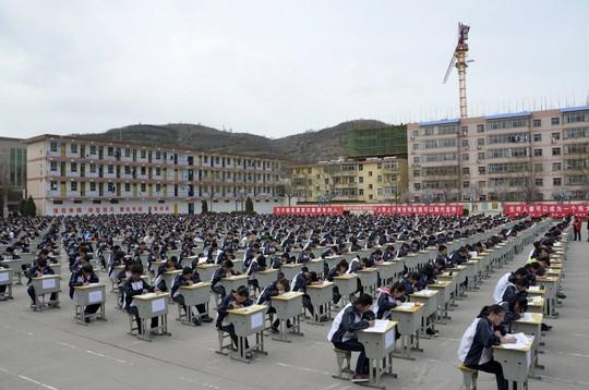 Tránh gian lận, hàng nghìn thí sinh phải làm bài thi ngoài trời 3