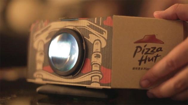 Video biến hộp Pizza và smartphone thành máy chiếu mini tại gia 1