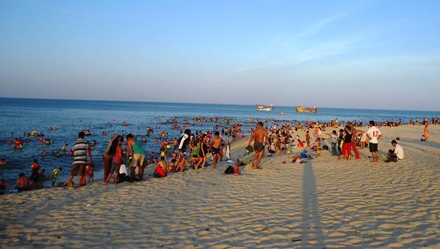 Nắng nóng trên 40 độ C: Hàng nghìn người dân Quảng Bình đổ ra biển 1