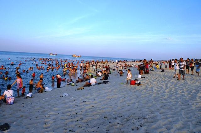 Nắng nóng trên 40 độ C: Hàng nghìn người dân Quảng Bình đổ ra biển 2
