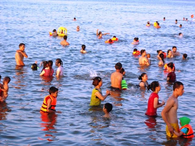Nắng nóng trên 40 độ C: Hàng nghìn người dân Quảng Bình đổ ra biển 3