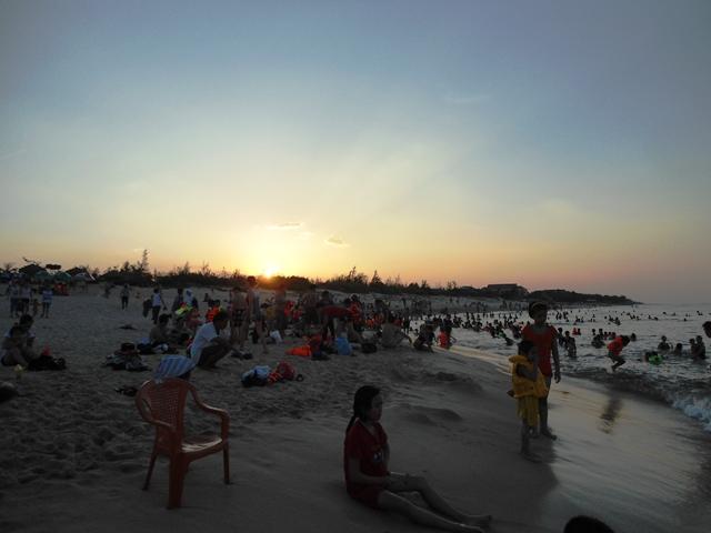 Nắng nóng trên 40 độ C: Hàng nghìn người dân Quảng Bình đổ ra biển 7