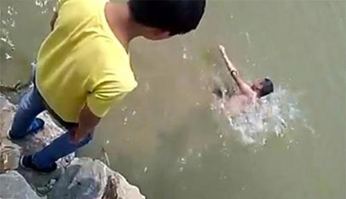 Học sinh đứng trên hồ hò reo, quay clip bạn chết đuối 1