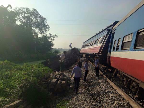 Tàu hỏa đâm xe tải bay xuống ruộng ngô, một người tử vong 1