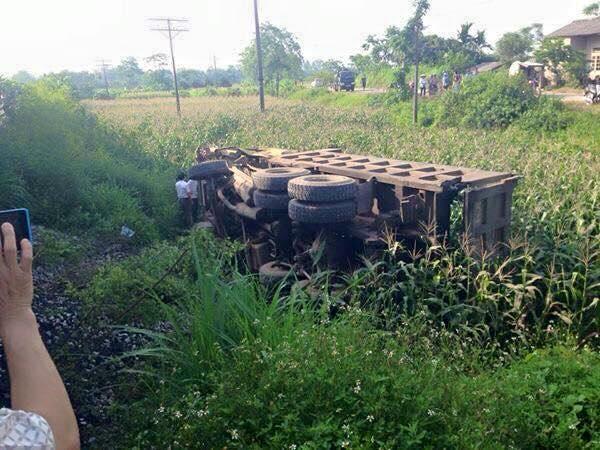 Tàu hỏa đâm xe tải bay xuống ruộng ngô, một người tử vong 2
