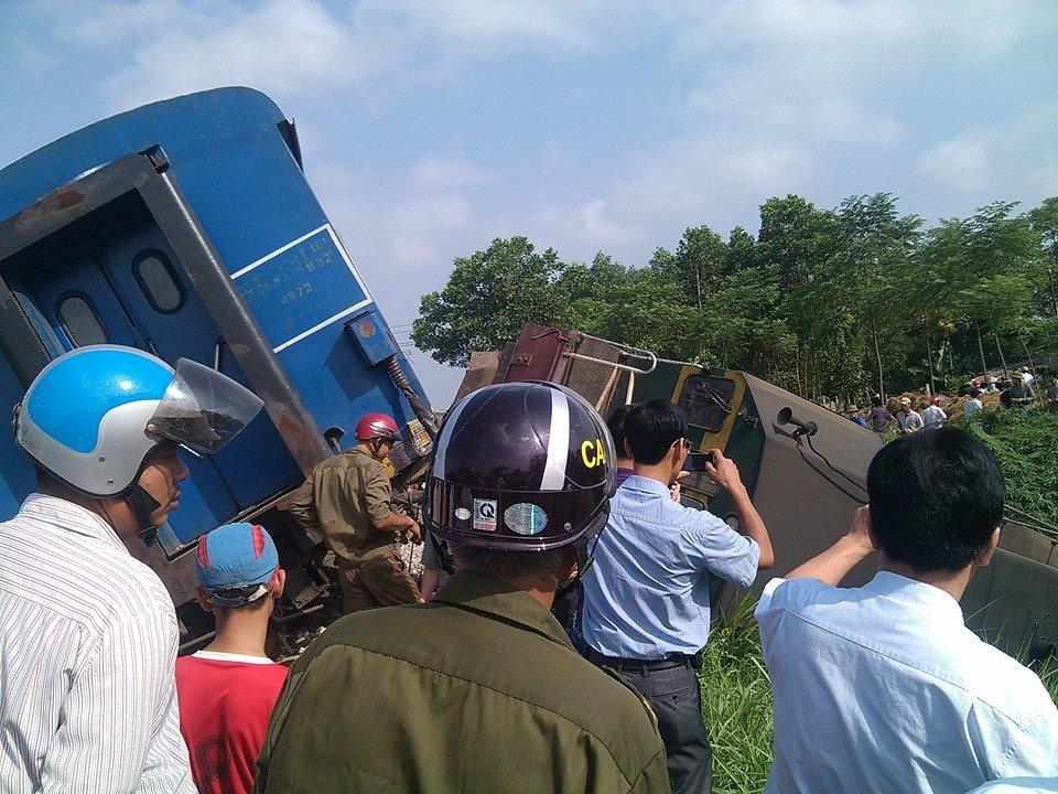 Tàu hỏa đâm xe tải bay xuống ruộng ngô, một người tử vong 5