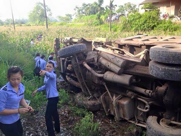Tàu hỏa đâm xe tải bay xuống ruộng ngô, một người tử vong 6