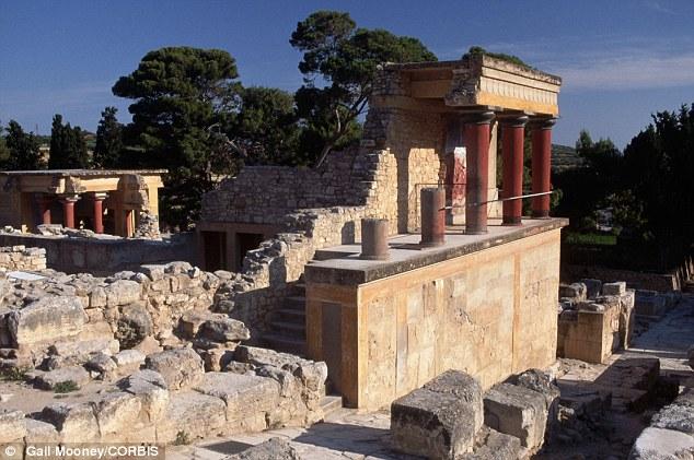 Nữ du khách vấp ngã làm vỡ bình cổ 4000 năm tuổi 2