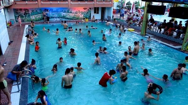 Bể bơi Hà Nội cháy vé, quá tải giờ cao điểm 1