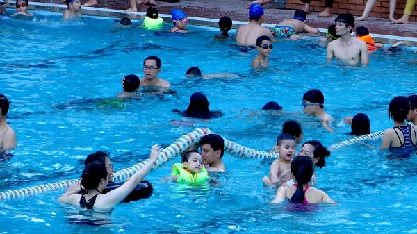 Bể bơi Hà Nội cháy vé, quá tải giờ cao điểm