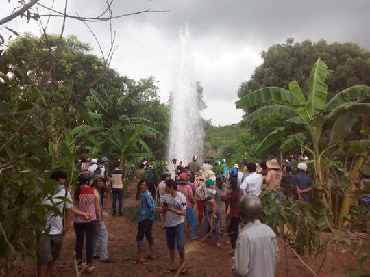 Giếng phun nước cao 20m: Hàng trăm người dân lấy nước về chữa bệnh 1