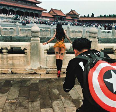 Thiếu nữ khỏa thân chụp ảnh ở Tử Cấm Thành gây phẫn nộ 1