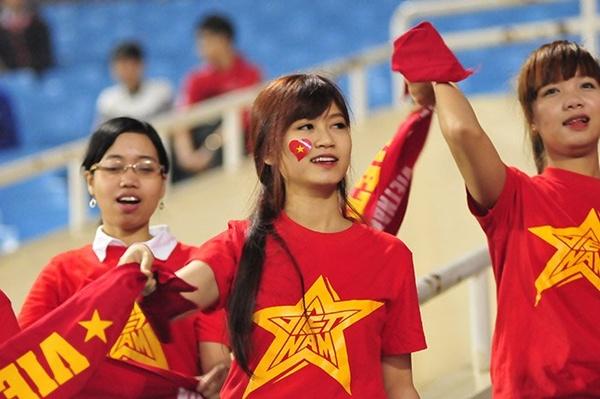 Fan nữ xinh đẹp cổ vũ cho đội tuyển U23 Việt Nam 2