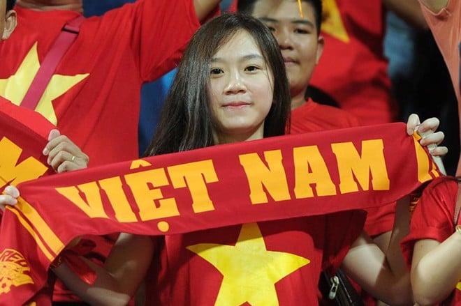 Fan nữ xinh đẹp cổ vũ cho đội tuyển U23 Việt Nam 5
