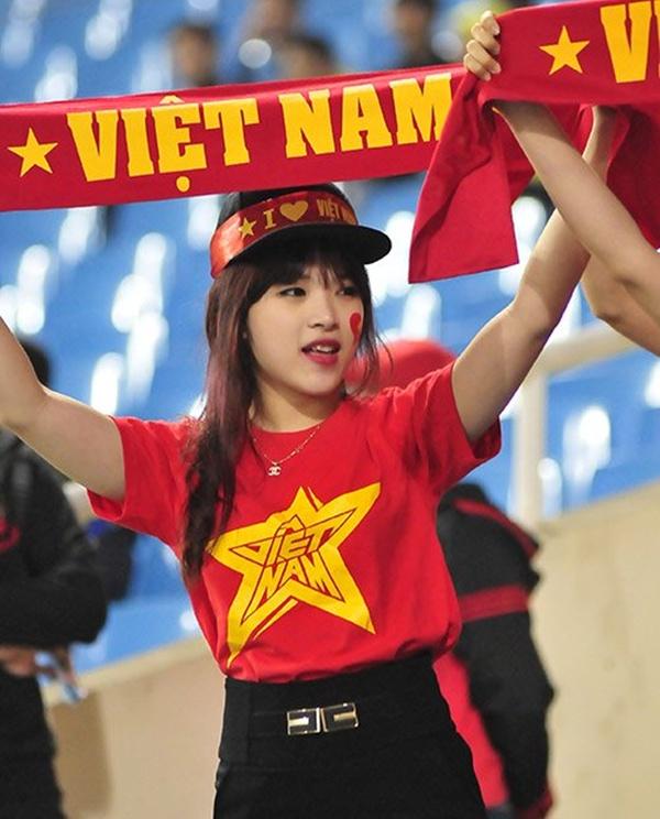 Fan nữ xinh đẹp cổ vũ cho đội tuyển U23 Việt Nam 6