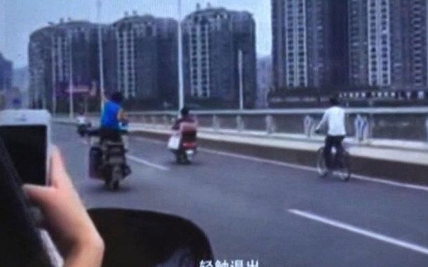 Video: Nam thanh niên đi xe máy, buông tay, múa may giữa đường 2
