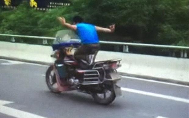 Video: Nam thanh niên đi xe máy, buông tay, múa may giữa đường 1