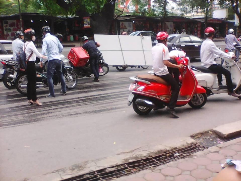 Xe cứu hộ 'phun' dầu xuống đường, xe máy 'vồ ếch' 1