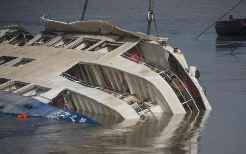 Hiểm họa tàu du lịch gặp tố lốc bất thường 1