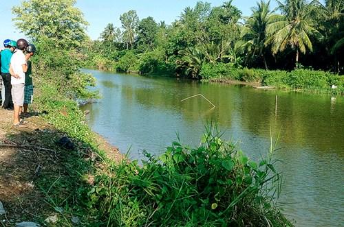 Ô tô 7 chỗ lao xuống sông, giám đốc bảo hiểm chết ngạt trong xe 1