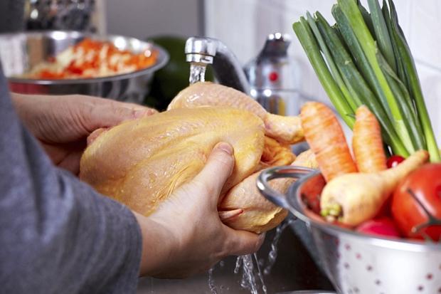 Kinh hãi hình ảnh vi khuẩn lây lan khi rửa thịt gà 1