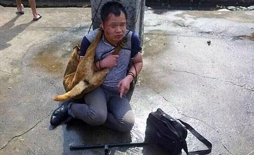 Trộm bị dân làng đánh đập, bắt đeo xác chó quanh cổ 2