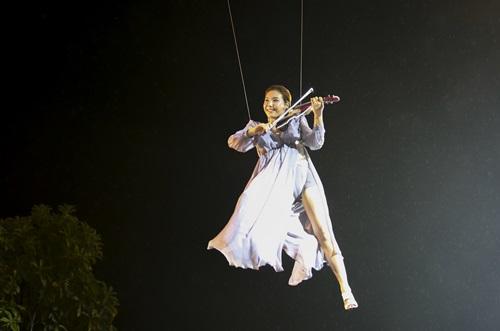 Mỹ nhân Hàn Jmi treo mình trên cáp đánh Violin 7