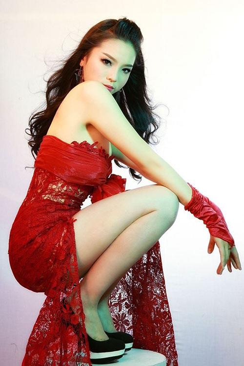 Hoa hậu Kỳ Duyên khoe dáng nằm