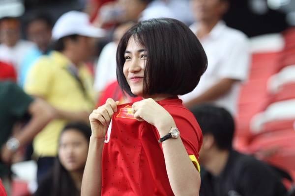Hòa Minzy mặc áo Công Phượng, công khai tình cảm? 3