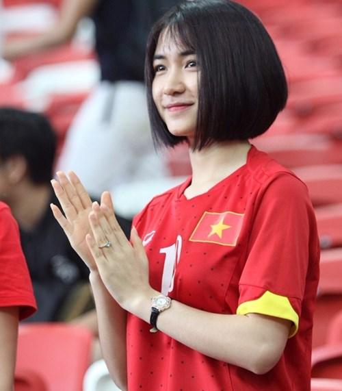 Hòa Minzy mặc áo Công Phượng, công khai tình cảm? 2