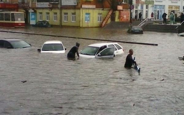 Video: Ngập lụt nghiêm trọng ở Nga, người dân bơi cùng ô tô 2