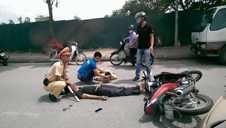 Bị thanh niên lao xe máy vào người, CSGT nằm bất động giữa đường 1