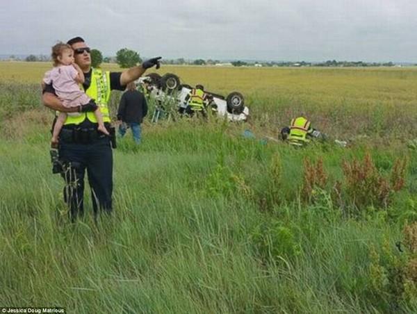 Bức ảnh cảnh sát dỗ dành bé gái sau tai nạn gây sốt 2