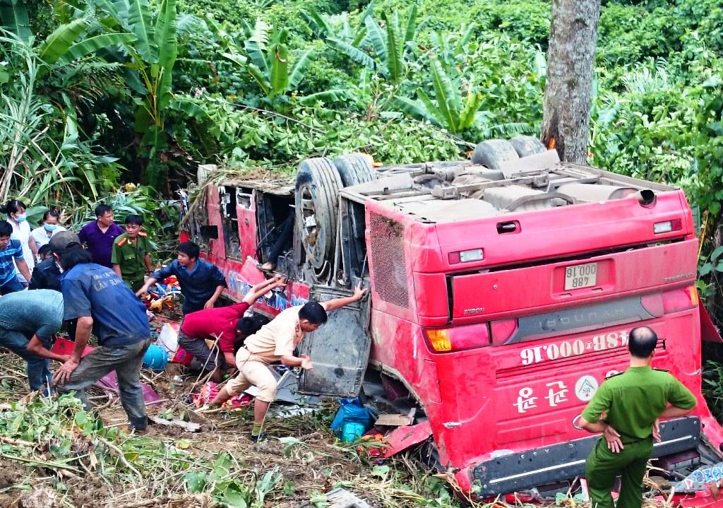 Hiện trường vụ tai nạn thảm khốc, xe giường nằm lao xuống vực sâu 100m 6