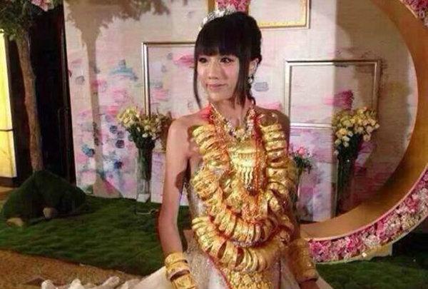 Video: Cô dâu Trung Quốc đeo 14kg vàng trong đám cưới 10