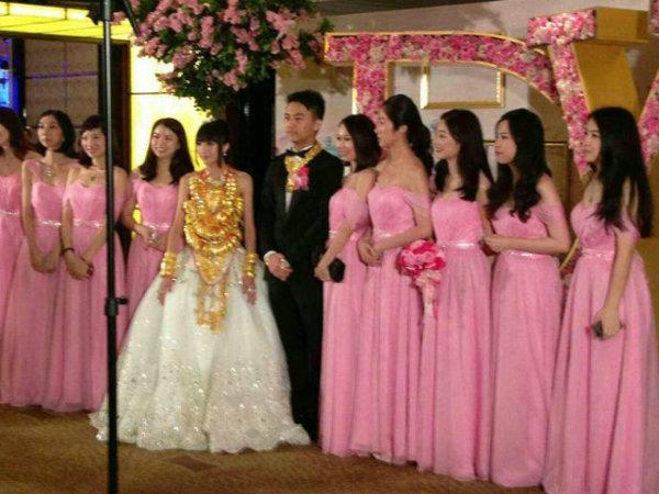 Video: Cô dâu Trung Quốc đeo 14kg vàng trong đám cưới 11