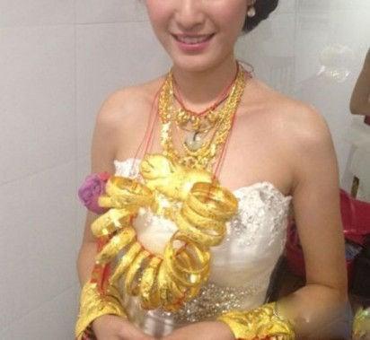Video: Cô dâu Trung Quốc đeo 14kg vàng trong đám cưới 2
