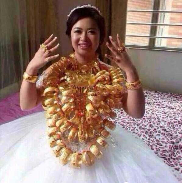 Video: Cô dâu Trung Quốc đeo 14kg vàng trong đám cưới 5