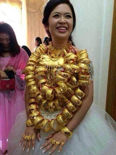 Video: Cô dâu Trung Quốc đeo 14kg vàng trong đám cưới 6