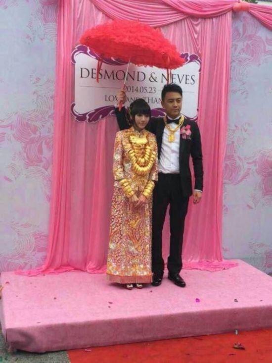 Video: Cô dâu Trung Quốc đeo 14kg vàng trong đám cưới 9