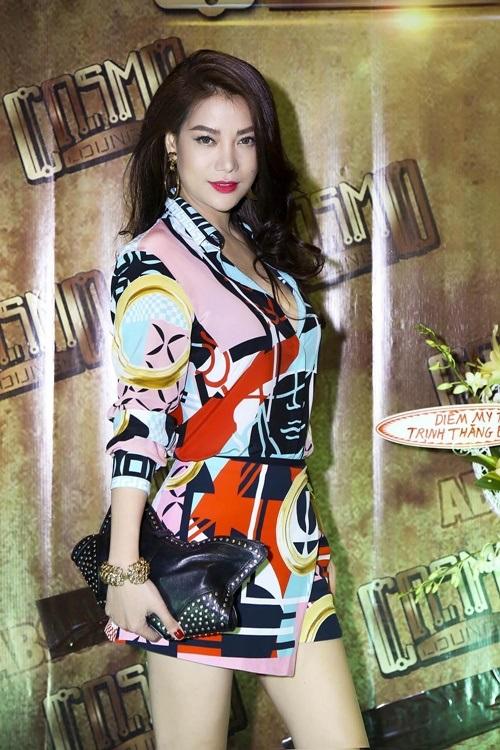 Mẹ Hoàng Thùy Linh sửa váy cho con gái trong hậu trường 6