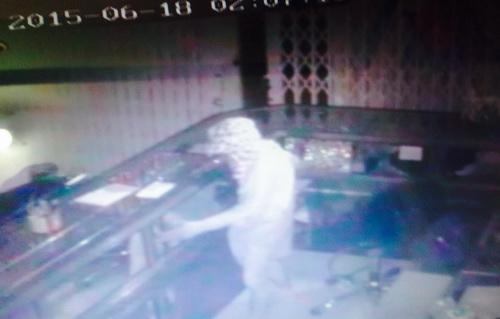 Video: Phá 5 ổ khóa, trộm kéo bao tải vàng tẩu thoát trong đêm 1